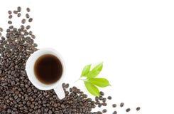 Grão de café, copo no fundo branco Imagem de Stock Royalty Free