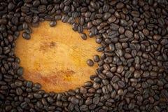 Grão de café e copo na madeira Fotografia de Stock Royalty Free