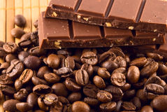 grão do café e do chocolate Fotos de Stock