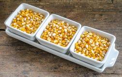 Grão dourada do milho na bacia Imagens de Stock