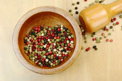 Grãos da pimenta no almofariz Imagens de Stock