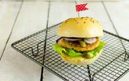 Grãos-de-bico do vegetariano e Hamburger do milho Fotografia de Stock Royalty Free