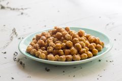 Grãos-de-bico ou feijões do grão-de-bico em uma placa fotografia de stock