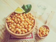 Grãos-de-bico servidos em um prato de madeira foto de stock royalty free