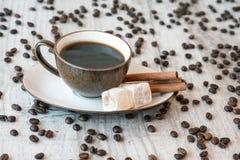 Grãos de café com copo e doces de café Imagem de Stock Royalty Free