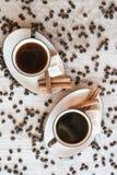 Grãos de café com copo e doces de café Fotos de Stock