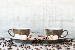 Grãos de café com copo e doces de café Foto de Stock Royalty Free