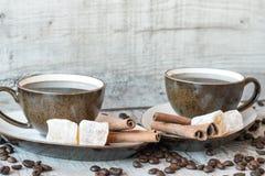 Grãos de café com copo e doces de café Imagens de Stock Royalty Free