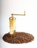 Grãos de café com moedor Fotos de Stock