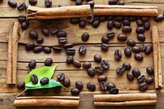 Grãos de café de madeira do fundo Imagens de Stock Royalty Free