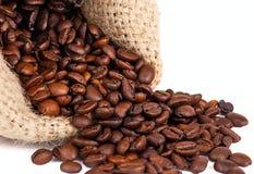 Grãos de café dispersados em um fundo branco Foto de Stock Royalty Free