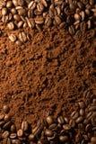 Grãos de café e café à terra Fotografia de Stock