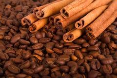 Grãos de café e canela foto de stock royalty free