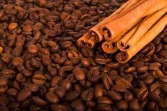 Grãos de café e canela imagens de stock
