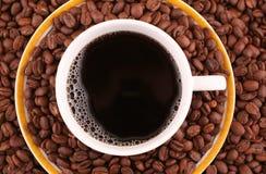 Grãos de café e chávena de café Fotografia de Stock Royalty Free