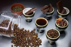 Grãos de café e chocolate em uns copos Imagens de Stock Royalty Free