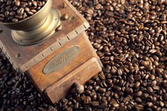 Grãos de café e moedor de café imagens de stock royalty free