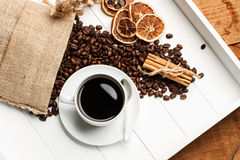 Grãos de café e um café quente Fotos de Stock