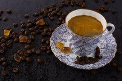 Grãos de café e xícara de café da porcelana foto de stock