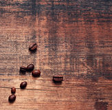 Grãos de café em uma placa gasto idosa áspera Fundo do vintage Imagens de Stock