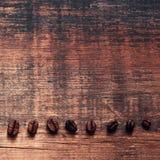 Grãos de café em uma placa gasto idosa áspera Fundo do vintage Fotografia de Stock