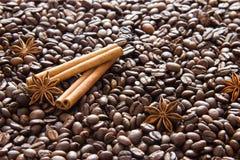 Grãos de café fritados com fundo das varas do anis e de canela imagens de stock royalty free
