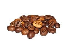 Grãos de café fritados em um fundo branco Macro Foto de Stock
