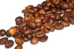 Grãos de café fritados em um fundo branco Macro Fotos de Stock Royalty Free