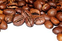 Grãos de café fritados em um fundo branco Macro Foto de Stock Royalty Free