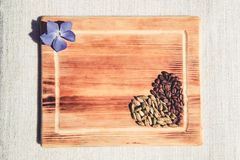 Grãos de café na forma do coração imagem de stock