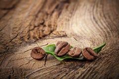 Grãos de café na placa de madeira foto de stock royalty free