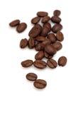 Grãos de café no fundo branco Fotografia de Stock