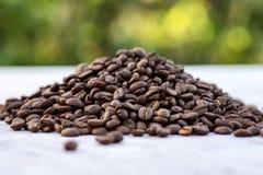 Grãos de café no fundo da imagem em um fundo delicadamente claro fotografia de stock royalty free