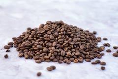 Grãos de café no fundo da imagem em um fundo delicadamente claro foto de stock royalty free