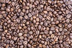 Grãos de café no fundo da imagem em um fundo delicadamente claro imagens de stock royalty free