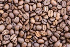Grãos de café no fundo da imagem em um fundo delicadamente claro fotos de stock royalty free