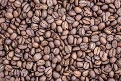 Grãos de café no fundo da imagem em um fundo delicadamente claro fotos de stock