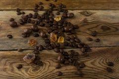 Grãos de café no fundo de madeira Fotos de Stock