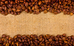 Grãos de café no fundo de serapilheira Foto de Stock Royalty Free