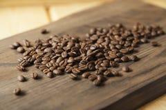Grãos de café no fundo de madeira foto de stock