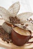 Grãos de café Roasted e um copo do café preto imagem de stock