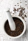 Grãos de pimenta crus, naturais, não processados da pimenta preta no almofariz Imagens de Stock Royalty Free
