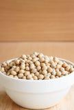 Grãos de soja na bacia cerâmica Imagens de Stock Royalty Free