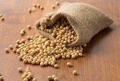 Grãos de soja na superfície de madeira Fotografia de Stock Royalty Free