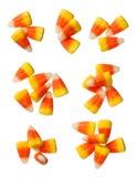 Grãos dos doces de Dia das Bruxas isolados no branco Fotos de Stock