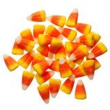 Grãos dos doces de Dia das Bruxas isolados no branco Fotografia de Stock Royalty Free