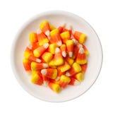 Grãos dos doces de Dia das Bruxas isolados no branco Imagens de Stock
