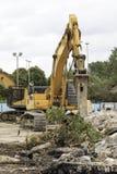 Gräber, der ein Gebäude demoliert Lizenzfreie Stockbilder