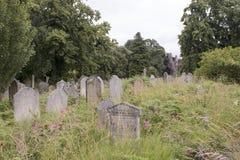 Gräber in einem alten Kirchhof Stockbilder