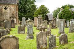 Gräber in einem Kirchenkirchhof lizenzfreie stockbilder
